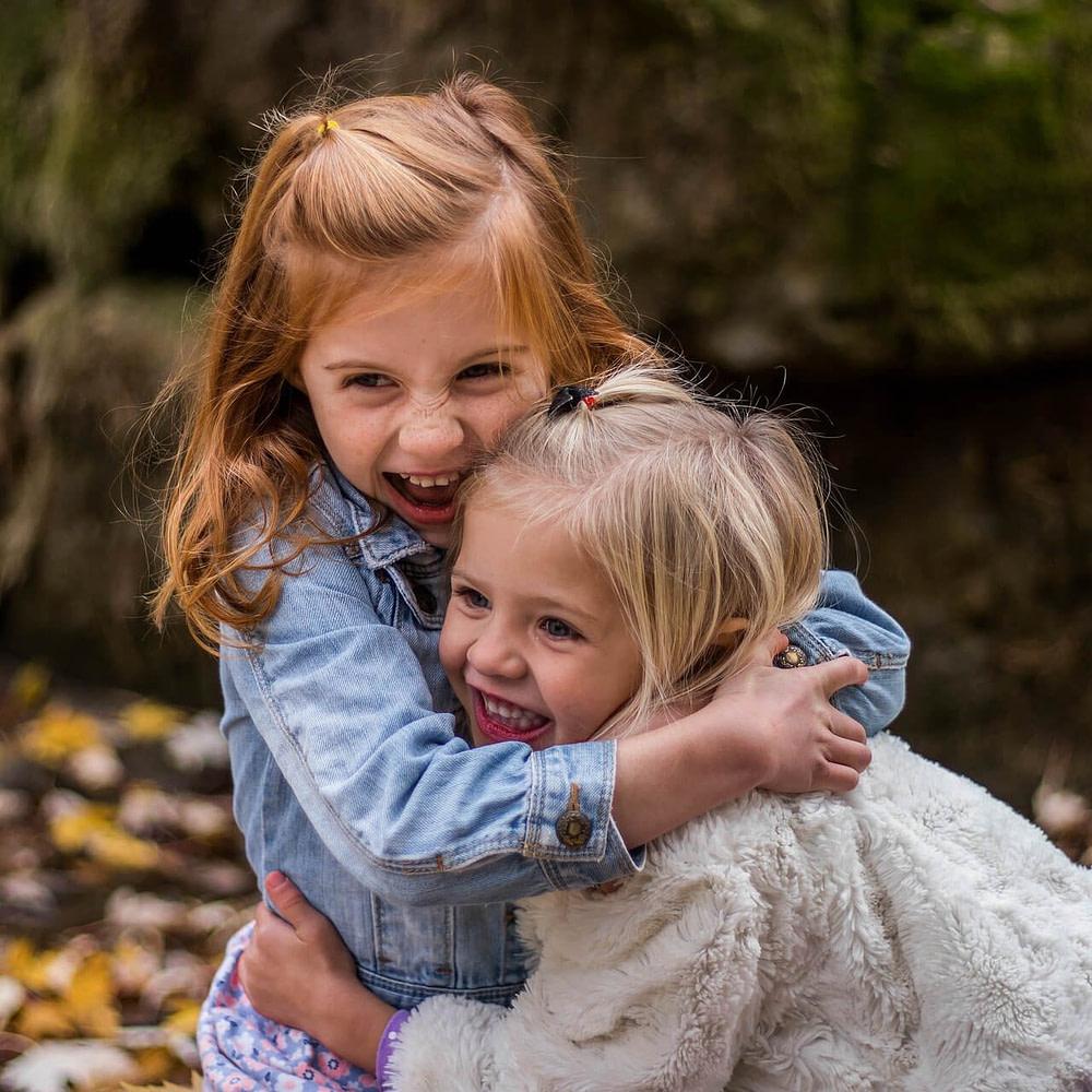 Spielen schafft Nähe: Kinder umarmen sich