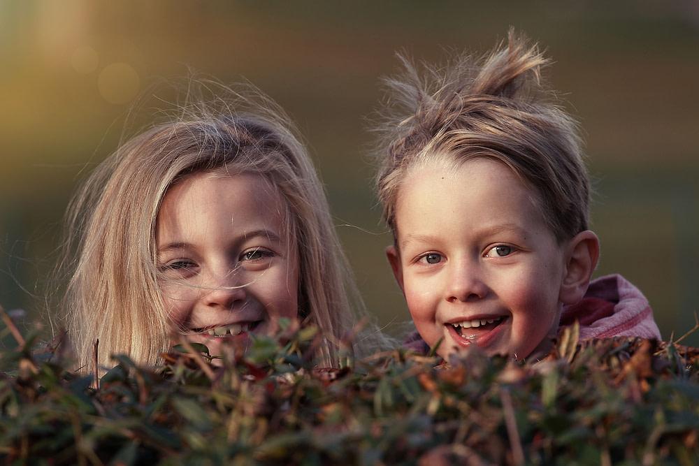 Glückliche spielende Kinder